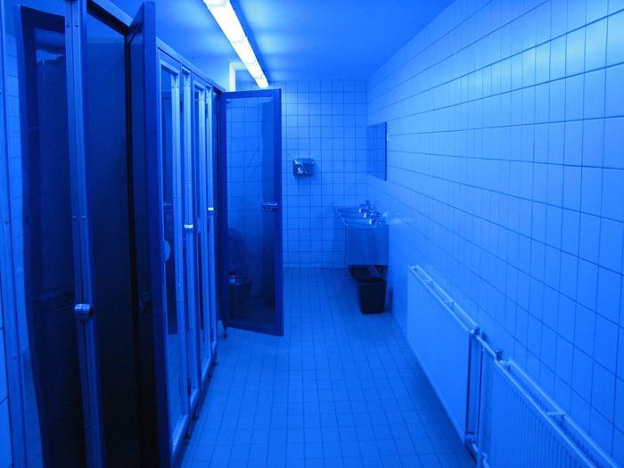 Вон оно что... Туалет, Наркомания, Освещение, Голубизна, Вены