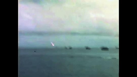 """Корабль с боеприпасами """"Джон Берк"""", атакованный камикадзе Камикадзе, Корабль, Взрыв, Вторая мировая война, Imgur, Гифка"""