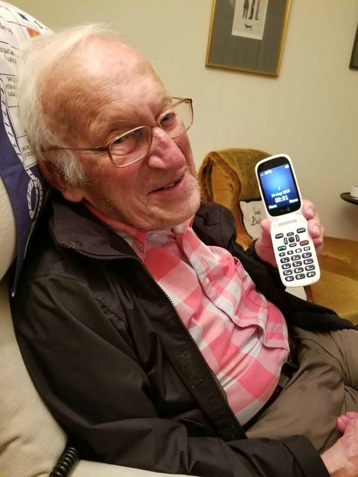 Моему дедушке исполнилось 100 лет на прошлой неделе. Он не спал до полуночи чтобы увидеть как заканчивается его век на своём телефоне.