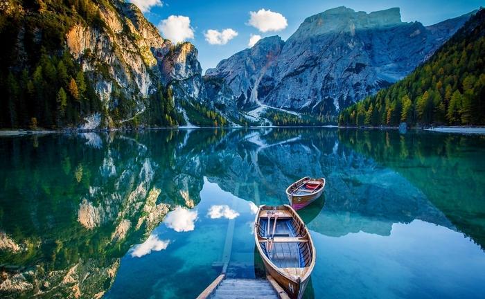Озеро Брайесв Доломитовых Альпах (Италия)