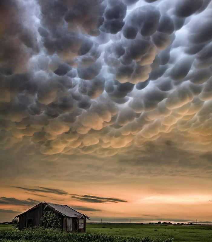 Трубчатые облака в деревне