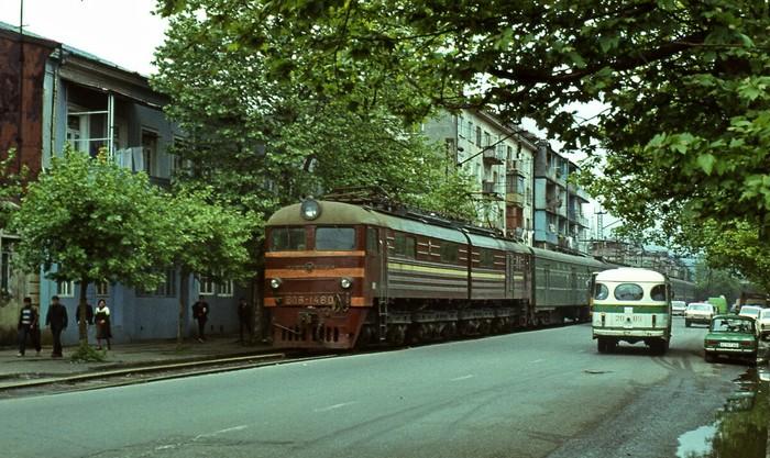 Пассажирский поезд в черте города. Железная Дорога, Поезд, Необычное, СССР