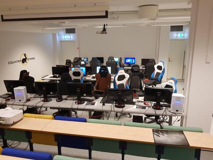 В моей школе есть киберспортивная команда и они даже арендуют класс (Норвегия)