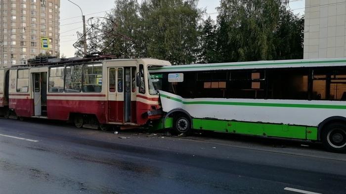 В Санкт-Петербурге автобус выехал на встречку и столкнулся с трамваем Автобус, Трамвай, Санкт-Петербург, ДТП, Авария, Негатив, Видео, Длиннопост