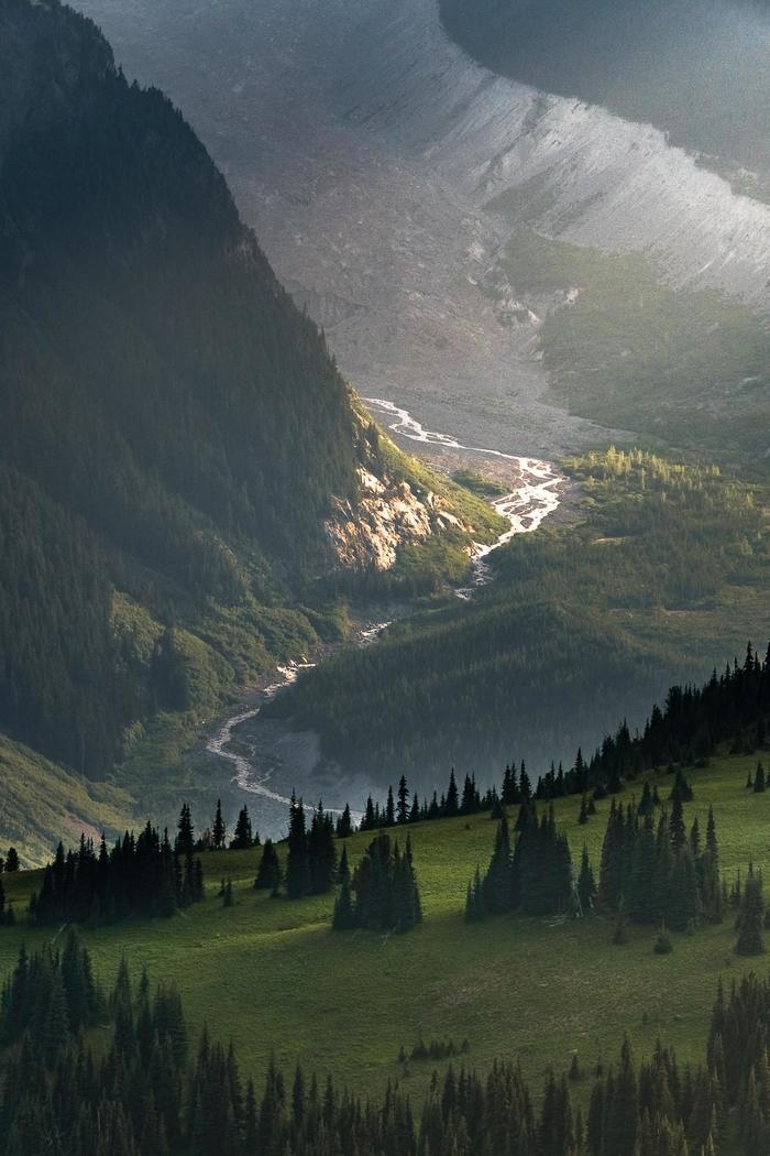 Солнечный свет на закате освещает реку на горе Ренье (США)