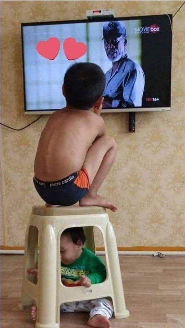 Когда сказали присмотреть за братиком)