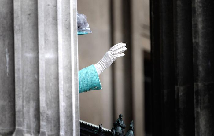 Искусственная рука для приветствия публики Елизавета II, Королева