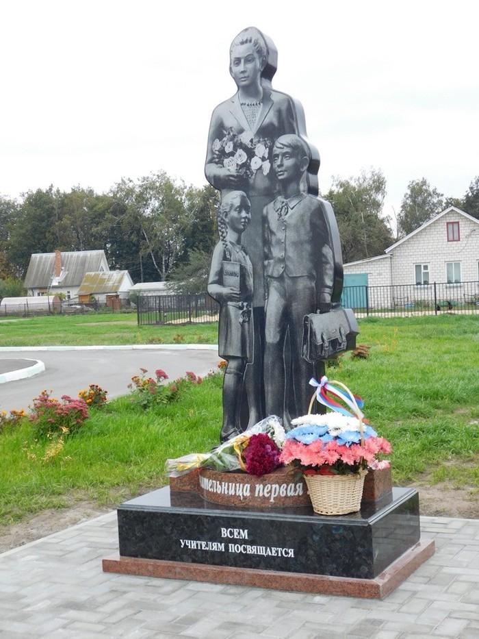 Надгробие российского образования. Памятник, Образрвание, Ирония