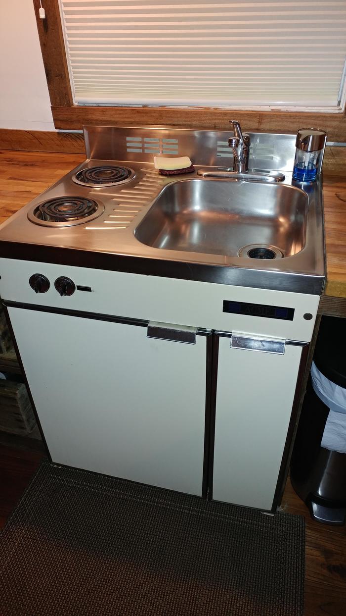 """""""Комбинированная раковина/плита/холодильник в крошечном доме, который я сейчас снимаю"""""""
