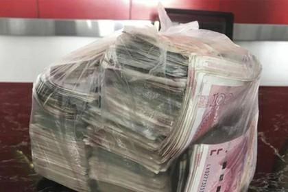 Уборщик нашел набитый деньгами пакет и вернул его владельцу Деньги, Находка, Честность, Уборщик, Китай