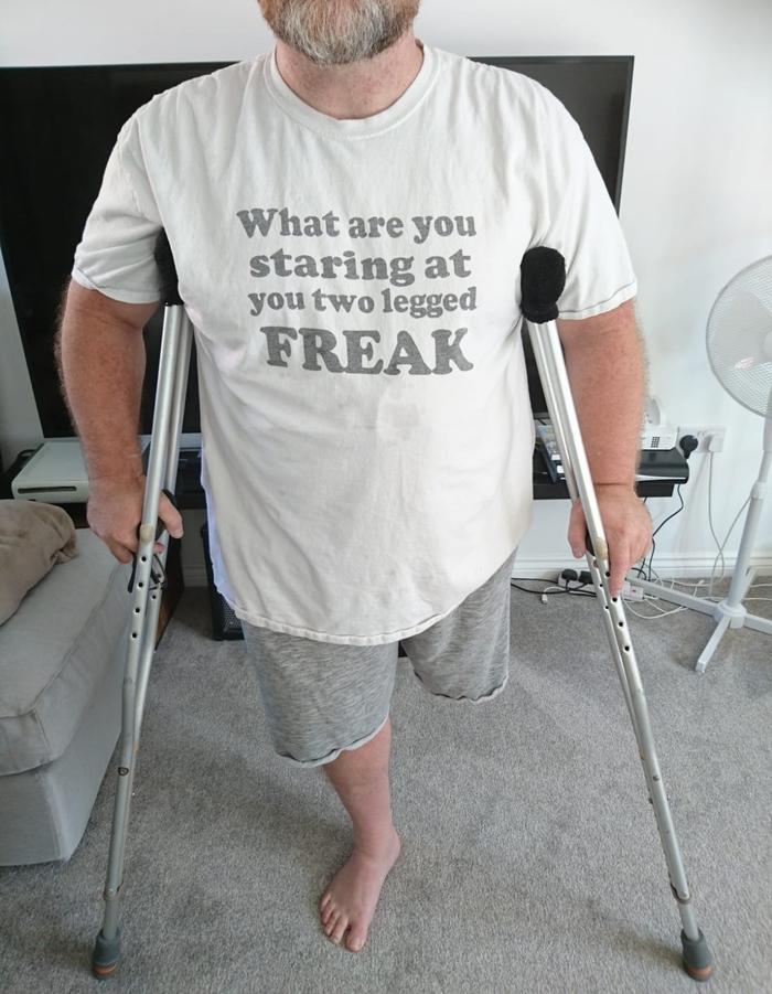 На футболку! Футболка, Инвалид, Одноногий, Наезд, Костыли