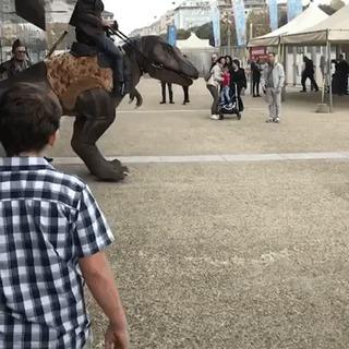 Где тут парковка для динозавров ?