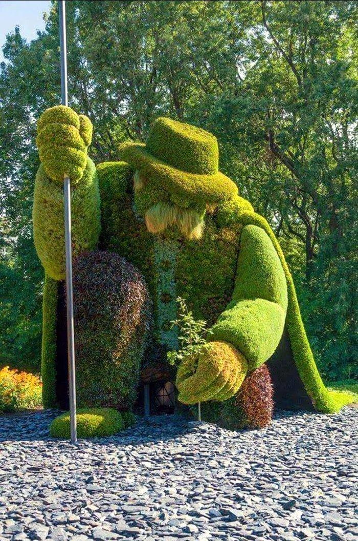 Садовник, сажающий дерево