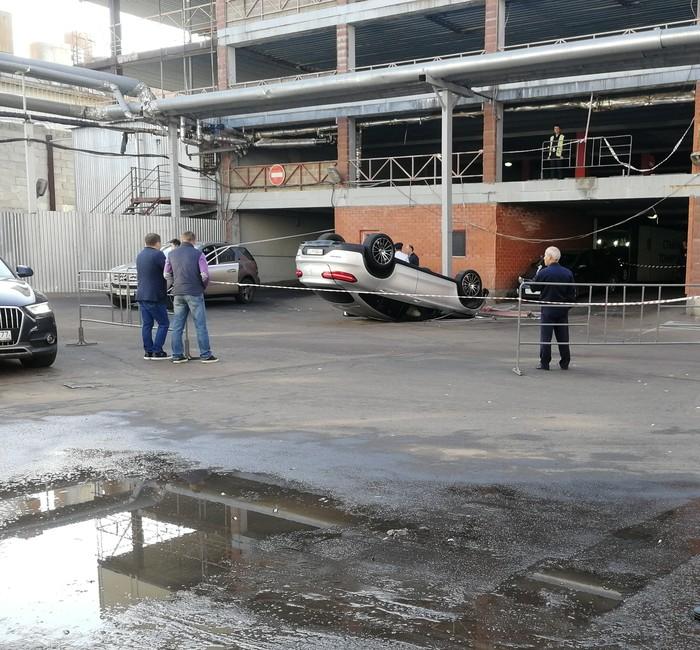 Водитель Mercedes перепутал педали или просто решил не платить за парковку и объехать шлагбаум. Горбушкин Двор, ДТП, Перевертыш