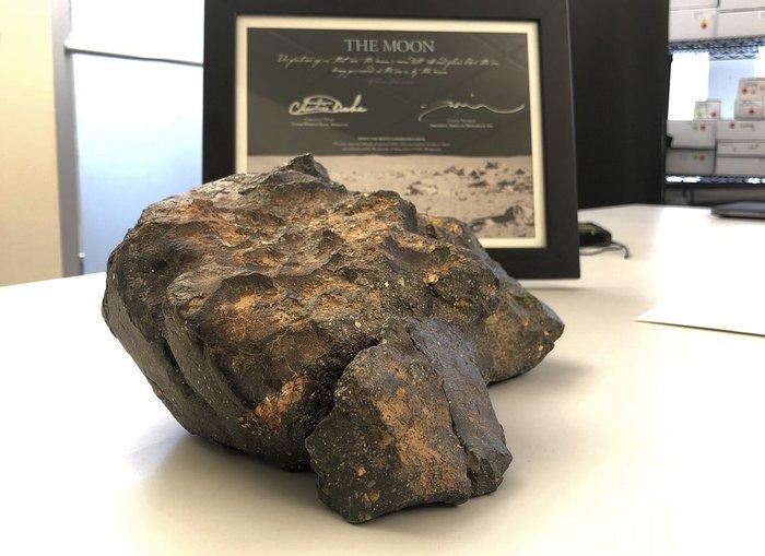 Лунный метеорит продали за рекордную сумму. Это один из самых крупных метеоритов с Луны. Текст, Картинки, Новости, Метеорит, Луна, Аукцион
