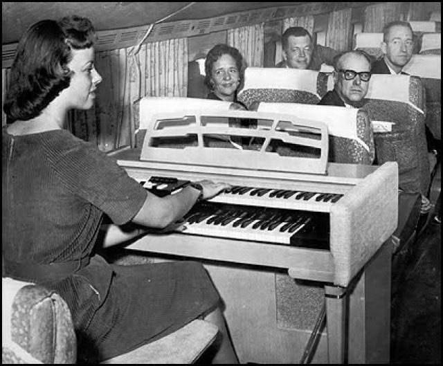 В самолете органист развлекает пассажиров первого класса, 1959 год.