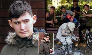 Теперь не смешно: 18-летний парень, который с друзьями кидался мукой и плевал  в женщину-инвалида в парке, боится выйти из дома Подростки, Возмездие, Быдло