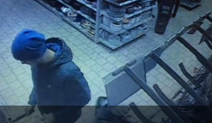 Мужчина намеренно отрезал себе фалангу пальца прямо в магазине. 923b528c27b72
