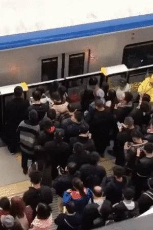 Легенда гласит, что парень до сих пор в поезде