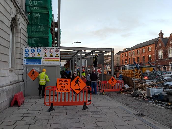 На знаках в Ирландии исключительно важная информация Ирландия, Паб, Пиво