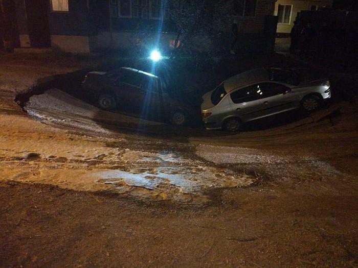 Карстовый провал в Уфе: в огромную яму упали две машины. Уфа, Провал, Длиннопост