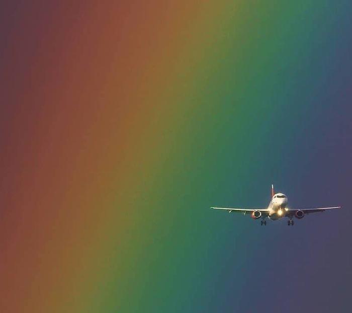Самолет в радуге