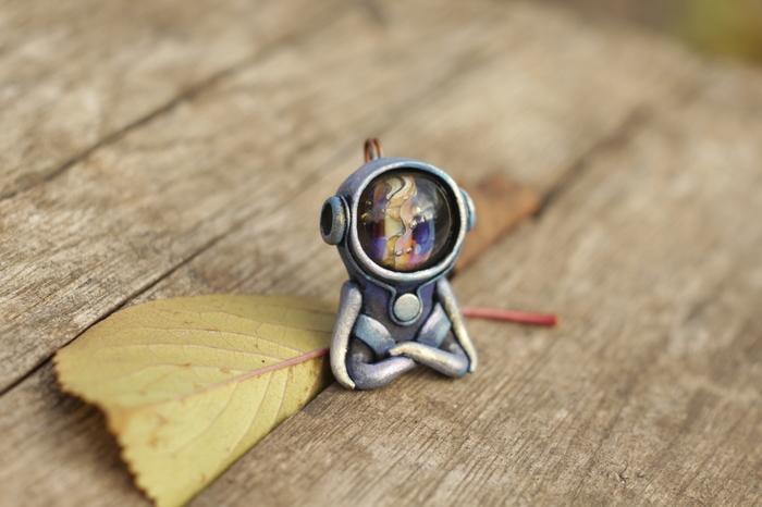 Медитирующая фигурка космонавта из полимерной глины.