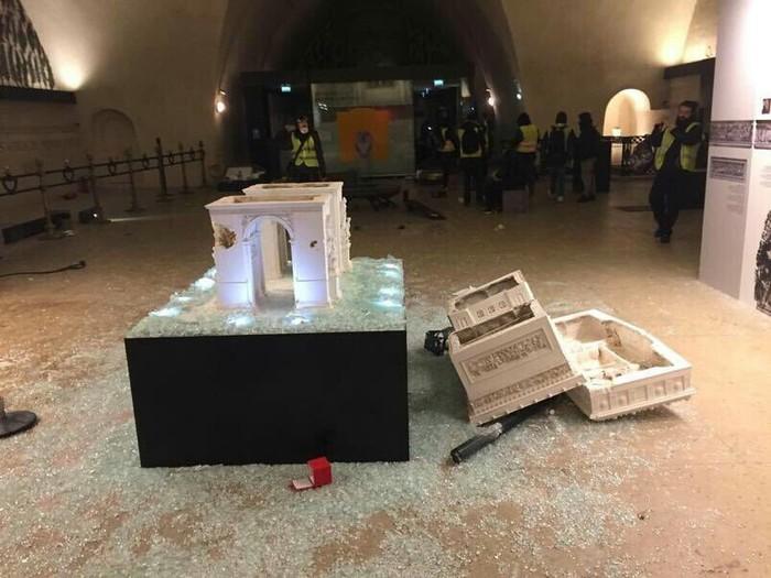 Протесты продолжаются Культура, Франция, Музей, Протест, Длиннопост, Политика