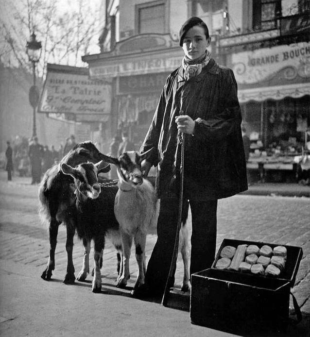 Торговец сыром, фотограф: Roger Schall, Париж, 1935 год