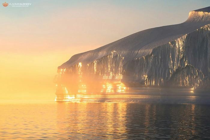Айсберг у берегов Гренландии в лучах заходящего солнца Фотограф - Владимир Алексеев