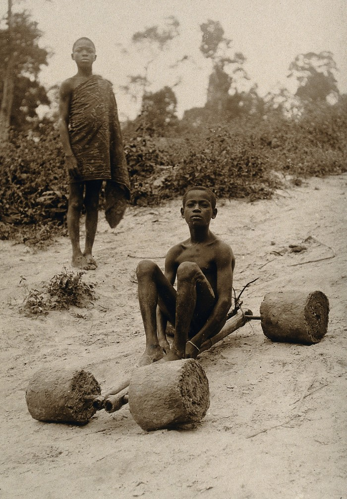 Мальчик на самодельном скутере (Кот-д'Ивуар, 1910/1930 год) Африка, Скутер, Самоделки, Фотография