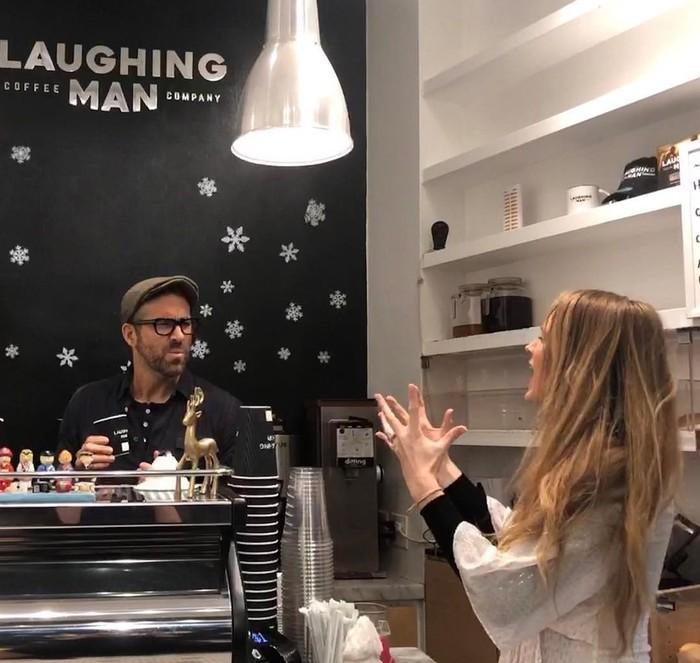 Хью Джекман нанял Райана Рейнольдса в качестве бармена в своё кафе Laughing Man. Первая посетительница не особо довольно обслуживанием