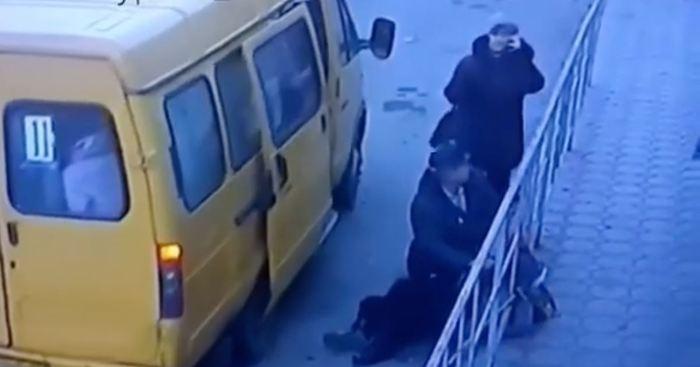 На Кубани водитель маршрутки высадил пассажирку с инсультом и уехал. Кубань, Маршрутка, Инсульт, Безразличие