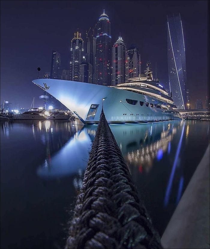Яхта делает селфи на фоне небоскрёбов Дубая