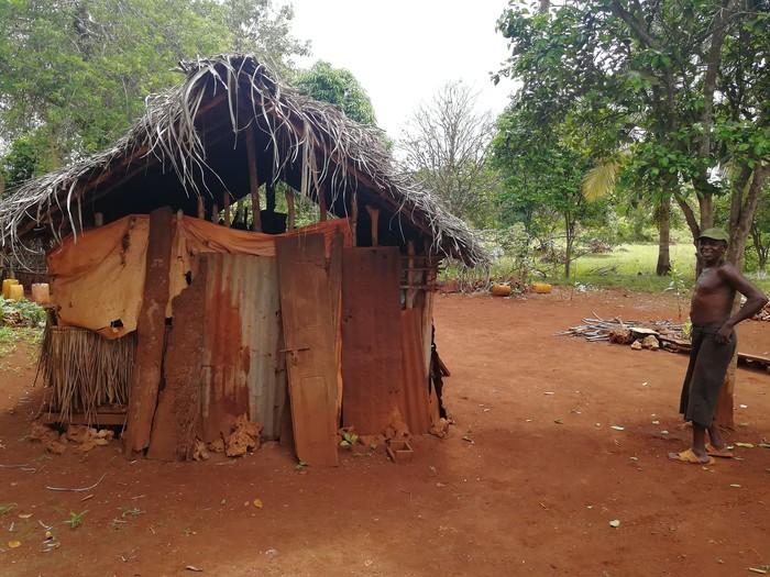 Житель Танзании и его дом