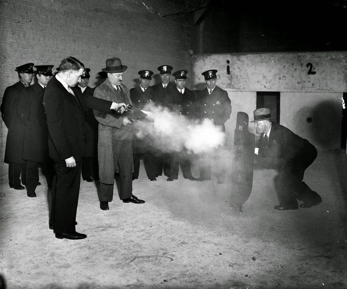 Испытания пуленепробиваемого щита для полиции США, 1925 год.