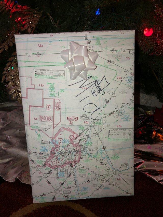 Мой отец пилот самолета и он всегда упаковывает подарки в старые карты полетов.