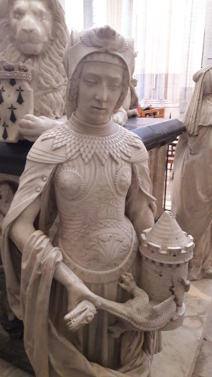 Драконодушительница. Дракон, Собор, Статуя