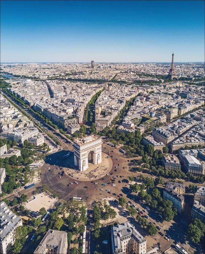 Триумфальная арка в Париже с высоты птичьего полета
