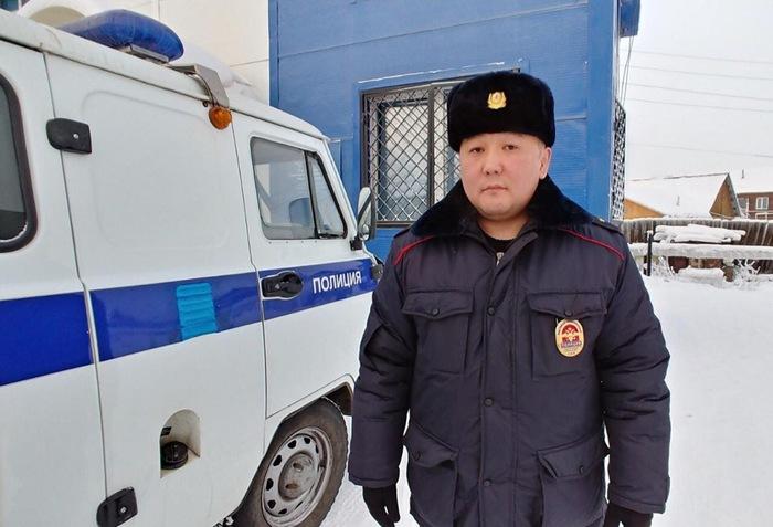 В Якутске УУП нашел 100 000 рублей на улице, их вернули владельцу. Омбудсмен полиции, Полиция, Мвд, Якутск, Якутия, Честность, Участковый, Деньги