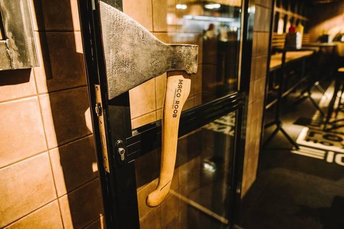 На входе в бургерную. Дверная ручка, Топор, Рукоятка, Дверь, Вход, Ручка