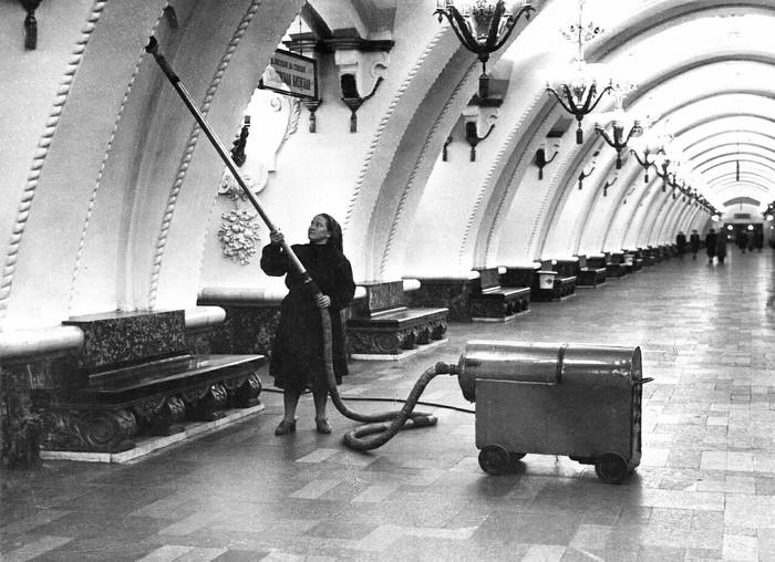 Уборка на станции Метро, Московское метро, Железная Дорога, СССР, Москва