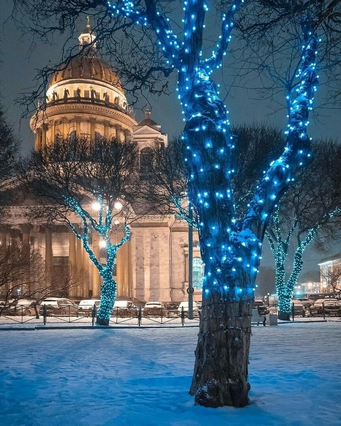 Синяя подсветка прекрасного города.