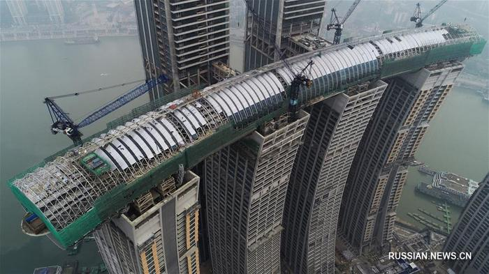 Завершена установка фасадных панелей «воздушной галереи» строящегося небоскреба в Чунцине. Китай, Чунцин, Архитектура, Небоскреб