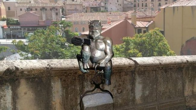 В Испании протестуют против «слишком дружелюбного» сатаны. Испания, Памятник, Скульптура, Сатана, Дружище Христос, Длиннопост