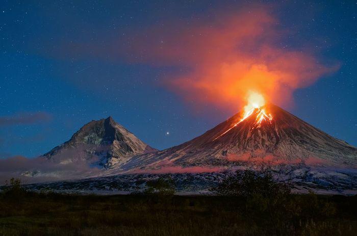 Извержение вулкана Ключевская Сопка лунной ночью Вулкан, Ключевская сопка, The National Geographic, Извержение вулкана