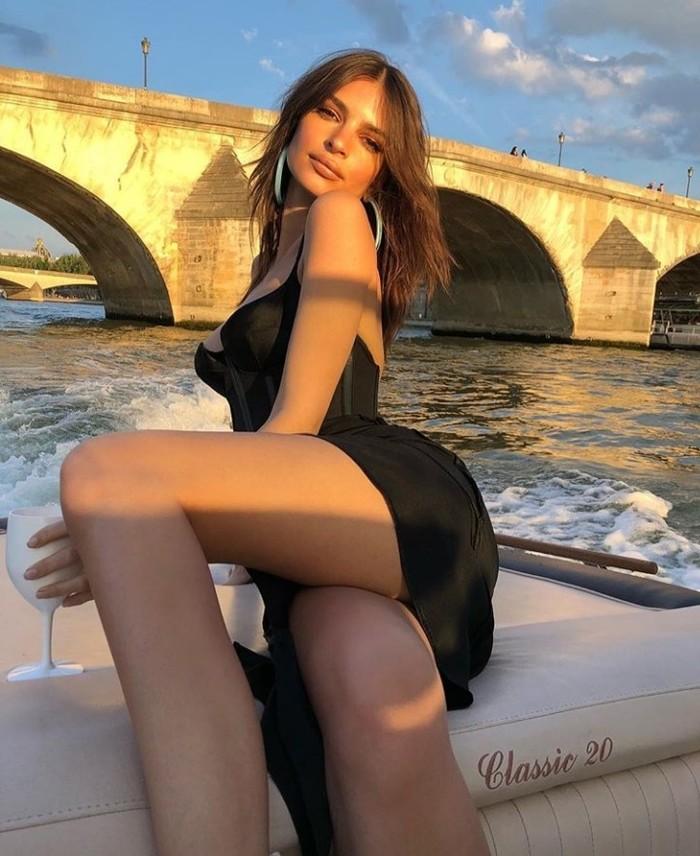 Недосказанность Эмили Ратаковски, Мост, Красивая девушка, Плащ, Длиннопост