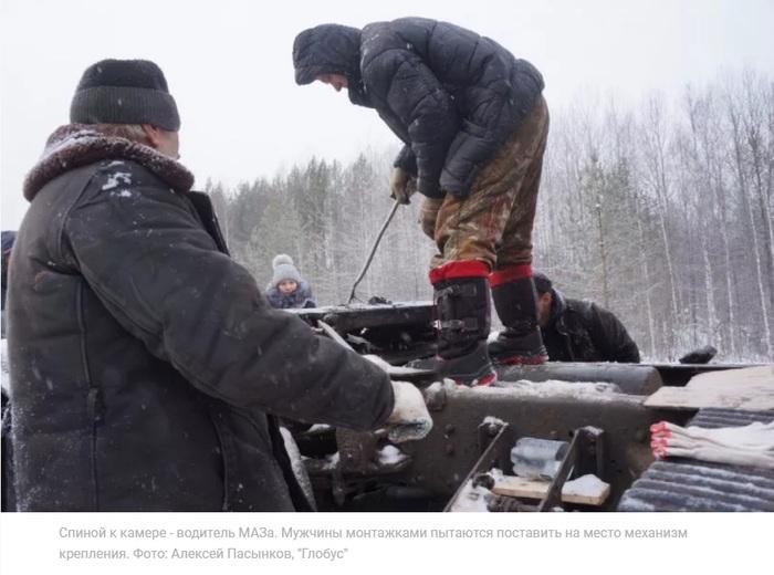 """Люди пришли на помощь дальнобойщику, который встал на """"зимовку"""" под Серовом из-за сломавшегося грузовика Дальнобой, Человечность, Помощь, Видео, Длиннопост"""