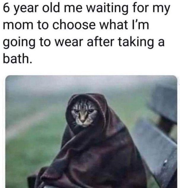 Шестилетний я жду, пока моя мама выберет, что я надену после ванны.