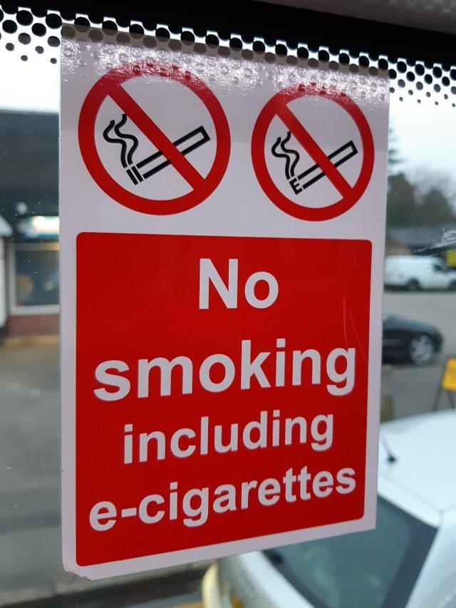Символ электронной сигареты на знаке буквально означает «Е» на сигарете Курение Зло, Сигареты, Электронные сигареты, Предупреждение, Запрещено, Знак